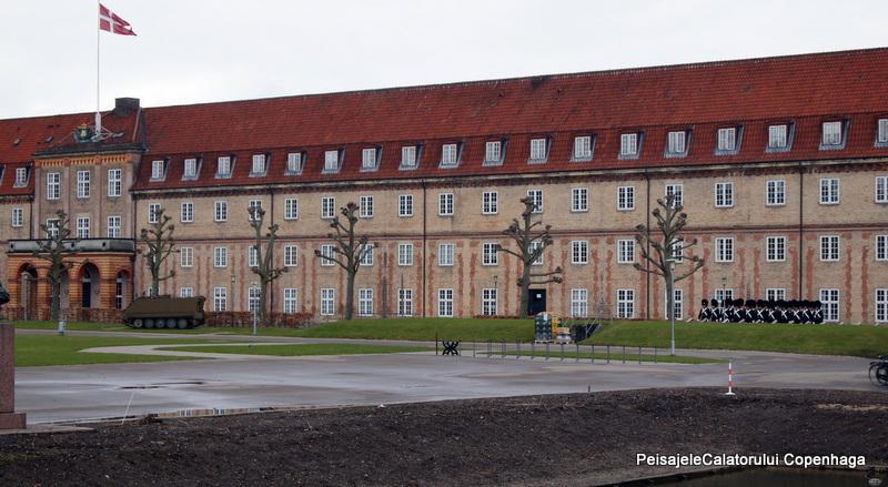 ora 11, 30 garzile pornesc de la Palatul Rosenborg
